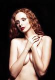 Dramatisk retro stående av den sexiga rödhårig manflickan Royaltyfri Fotografi