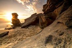 Dramatisk seascapesolnedgång med orange himlar och reflexioner Arkivbilder