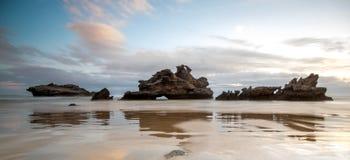 Dramatisk seascapesolnedgång med orange himlar och reflexioner Royaltyfria Foton