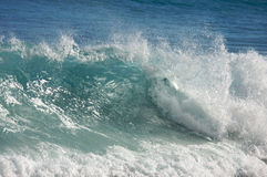dramatisk shorebreakwave Arkivfoton