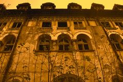 Dramatisk sikt av det övergav forntida psykiatriska sjukhuset fotografering för bildbyråer