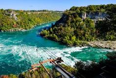 Dramatisk sikt av det berömda Niagara Falls uttaget som visar en kabelbil arkivfoto