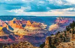 Dramatisk sikt av Grand Canyon med dramatisk belysning och himmel royaltyfri foto