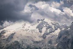 Dramatisk sikt på den Marmolada glaciären som täckas av moln fotografering för bildbyråer
