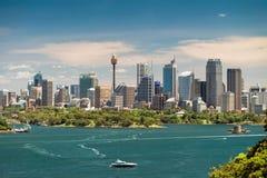 Dramatisk sikt på stads- horisont för Sydney stad Arkivbild