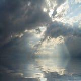 Dramatisk sky över havet. Arkivbild