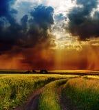 Dramatisk sky över vägen Fotografering för Bildbyråer