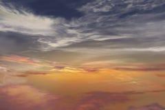 dramatisk sky Härlig djup färgrik himmel Fotografering för Bildbyråer