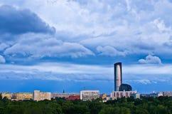 Dramatisk sky över staden Royaltyfri Foto