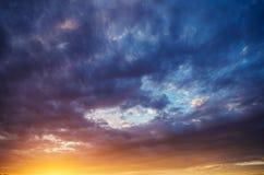 dramatisk skysolnedgång royaltyfri bild