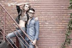 Dramatisk slitage jeans för sexiga och trendiga par Arkivfoto