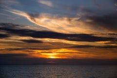 Dramatisk solnedgång över Adriatiskt havet i Italien Arkivbild