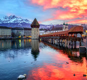 Dramatisk solnedgång över den gamla staden av Lucerne, Schweiz Arkivbilder
