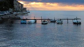 Dramatisk solnedgång över den medelhavs- hamnen Royaltyfria Foton