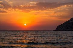 Dramatisk solnedgång över det Aegean havet, Gumusluk, Turkiet Royaltyfri Foto