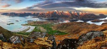 Dramatisk solnedgång över det Lofoten berget arkivfoton