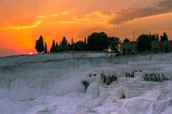 Dramatisk solnedgång över Pamukkale, Turkiet Royaltyfri Foto