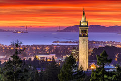 Dramatisk solnedgång över San Francisco Bay och campanilen Royaltyfria Bilder