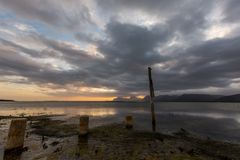 Dramatisk solnedgång över sjön i Sydafrika uddestad Royaltyfri Fotografi