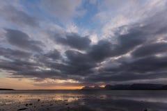Dramatisk solnedgång över sjön i Sydafrika uddestad Arkivfoto