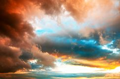 dramatisk solnedgång för cloudscape Arkivbild