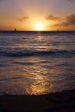 Dramatisk solnedgång från stranden över havet Arkivbild
