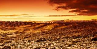 Dramatisk solnedgång i öken Arkivbild