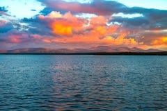 Dramatisk solnedgång i arktisken Solnederlaget bak horisonten, målarfärger molnen i en mycket härlig färg Royaltyfri Fotografi