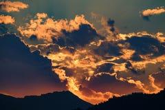 Dramatisk solnedgång i bergen Arkivfoton