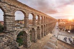 Dramatisk solnedgång i den berömda Segovia akvedukten, Castilla y leon, Spanien royaltyfri foto