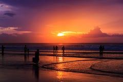 Dramatisk solnedgång i den Kuta stranden, Bali, Indonesien Royaltyfria Bilder