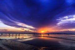 Dramatisk solnedgång i den Kuta stranden, Bali, Indonesien Royaltyfri Bild