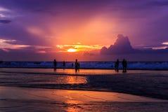 Dramatisk solnedgång i den Kuta stranden, Bali, Indonesien Royaltyfri Foto