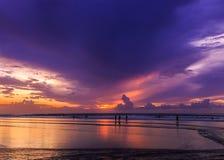 Dramatisk solnedgång i den Kuta stranden, Bali, Indonesien Royaltyfria Foton