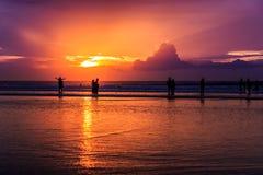 Dramatisk solnedgång i den Kuta stranden, Bali, Indonesien Arkivbilder