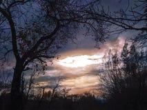 Dramatisk solnedgång i höst arkivbild