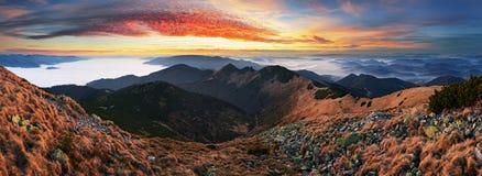 Dramatisk solnedgång i nedgångberglandskap royaltyfri fotografi