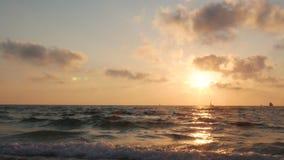 Dramatisk solnedgång med moln över medelhavet, yachten och skeppet på horisont stock illustrationer