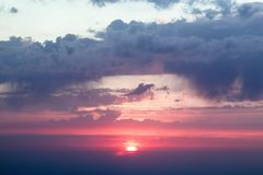 Dramatisk solnedgång med moln fotografering för bildbyråer