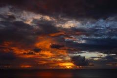 Dramatisk solnedgång med orosmoln Fotografering för Bildbyråer