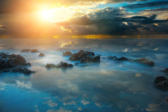 Dramatisk solnedgång med strålar av solen på Blacket Sea Fotografering för Bildbyråer