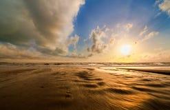 Dramatisk solnedgång på den Bangsak stranden Fotografering för Bildbyråer