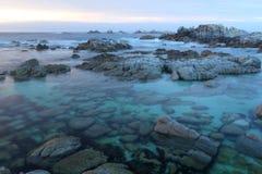 Dramatisk solnedgång på den Monterey kusten, Asilomar delstatspark, nära Carmel, Kalifornien, USA Royaltyfri Foto