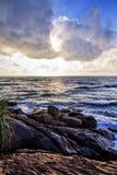 Dramatisk solnedgång på den Moragalla stranden, Beruwala, Sri Lanka Fotografering för Bildbyråer