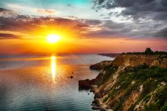 Dramatisk solnedgång på fiolent udde crimea royaltyfri bild