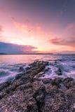 Dramatisk solnedgång på havet Arkivbilder