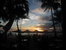 Dramatisk solnedgång på stranden Royaltyfri Fotografi