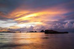 Dramatisk solnedgång på stranden för Ao Nang, Krabi, Thailand arkivbilder