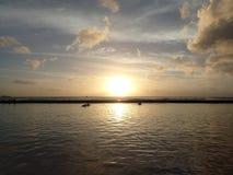 Dramatisk solnedgång på vatten av Waikiki med fartyg på horisont Fotografering för Bildbyråer