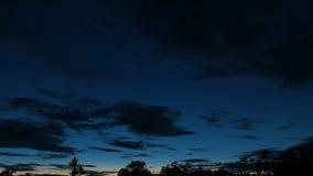 Dramatisk solnedgånghimmel över landet arkivfilmer